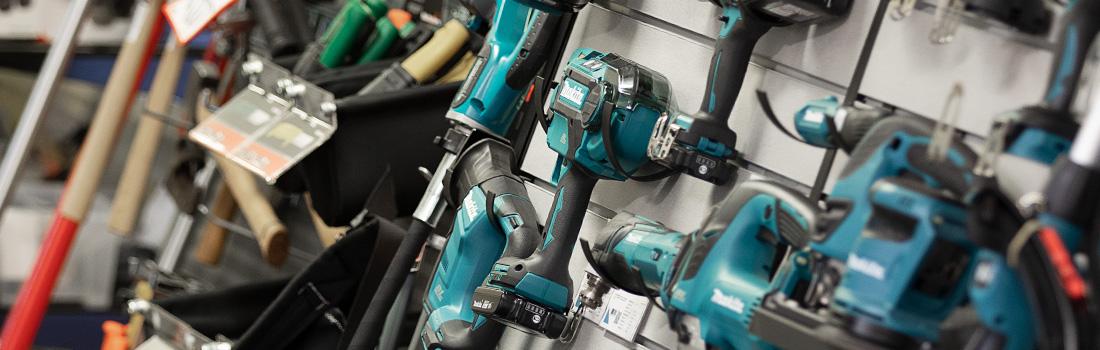 Närbild på diverse handmaskiner